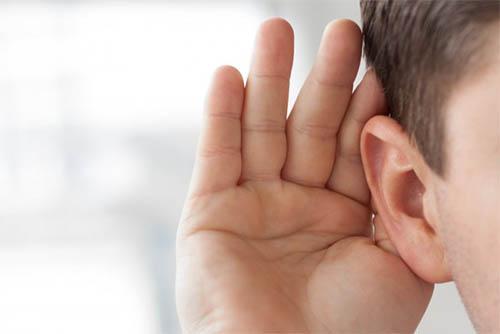 escuchar voces